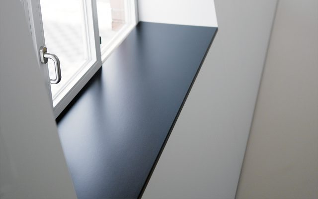 WERZALIT - compact Fensterbank schwarz, verbaut in Loft