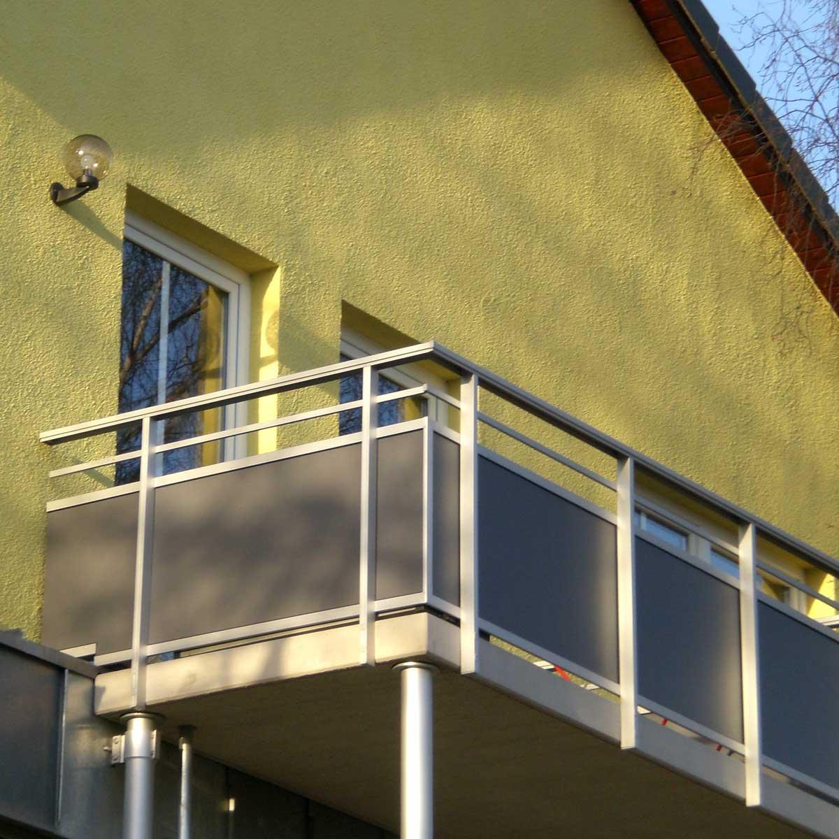 square - https://www.werzalit.com/fr/produit/square-panneau-de-revetement-balcon/